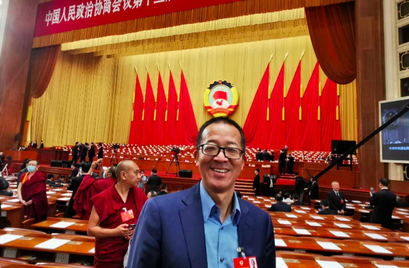 2020年两会,俞敏洪在人民大会堂会场