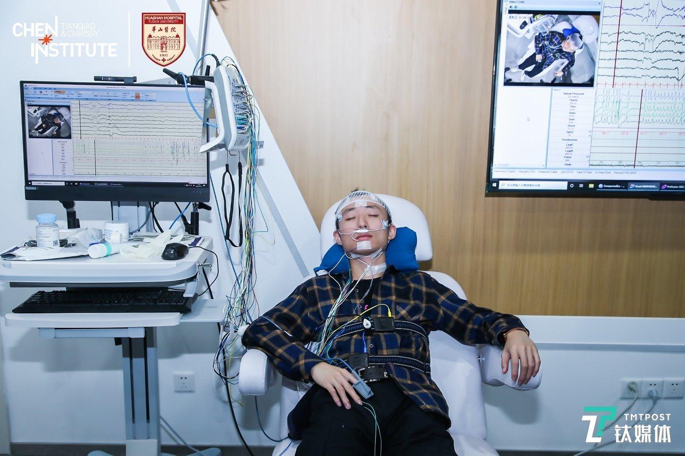 男子通过PSG设备和数据监测提升睡眠质量(来源:TCCI)