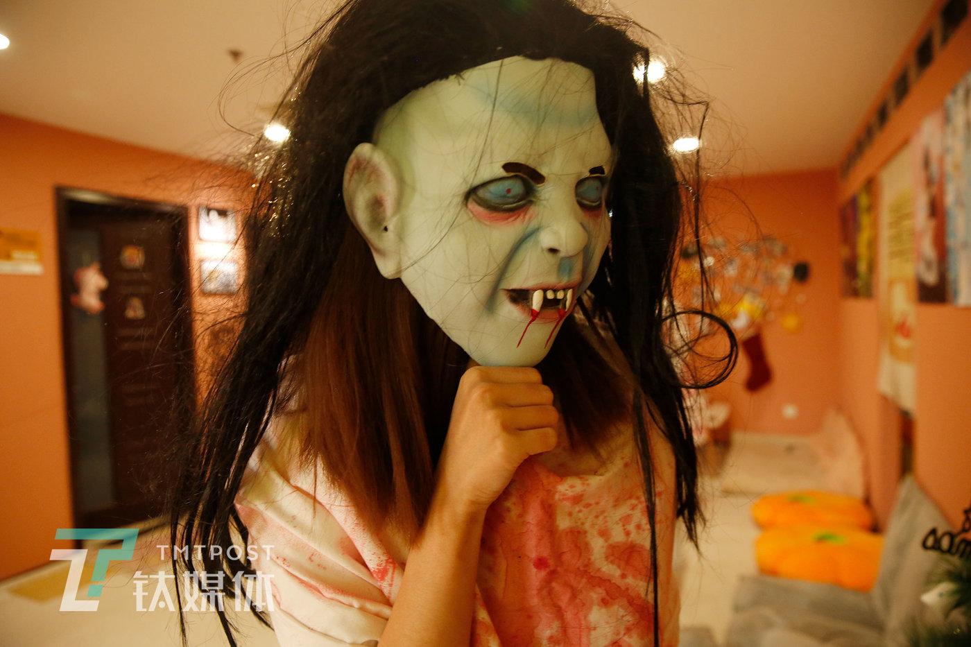 女仆助教怖雷克陪客人玩桌游,在游戏中扮演鬼。