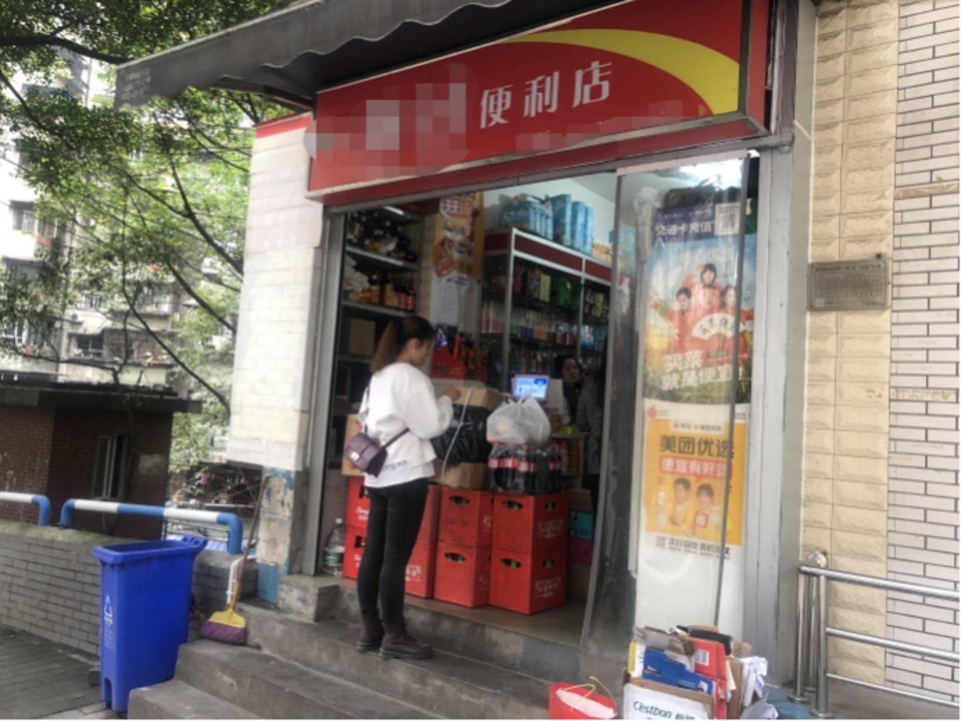 街边的小卖部,店主身兼多家团购平台团长之职