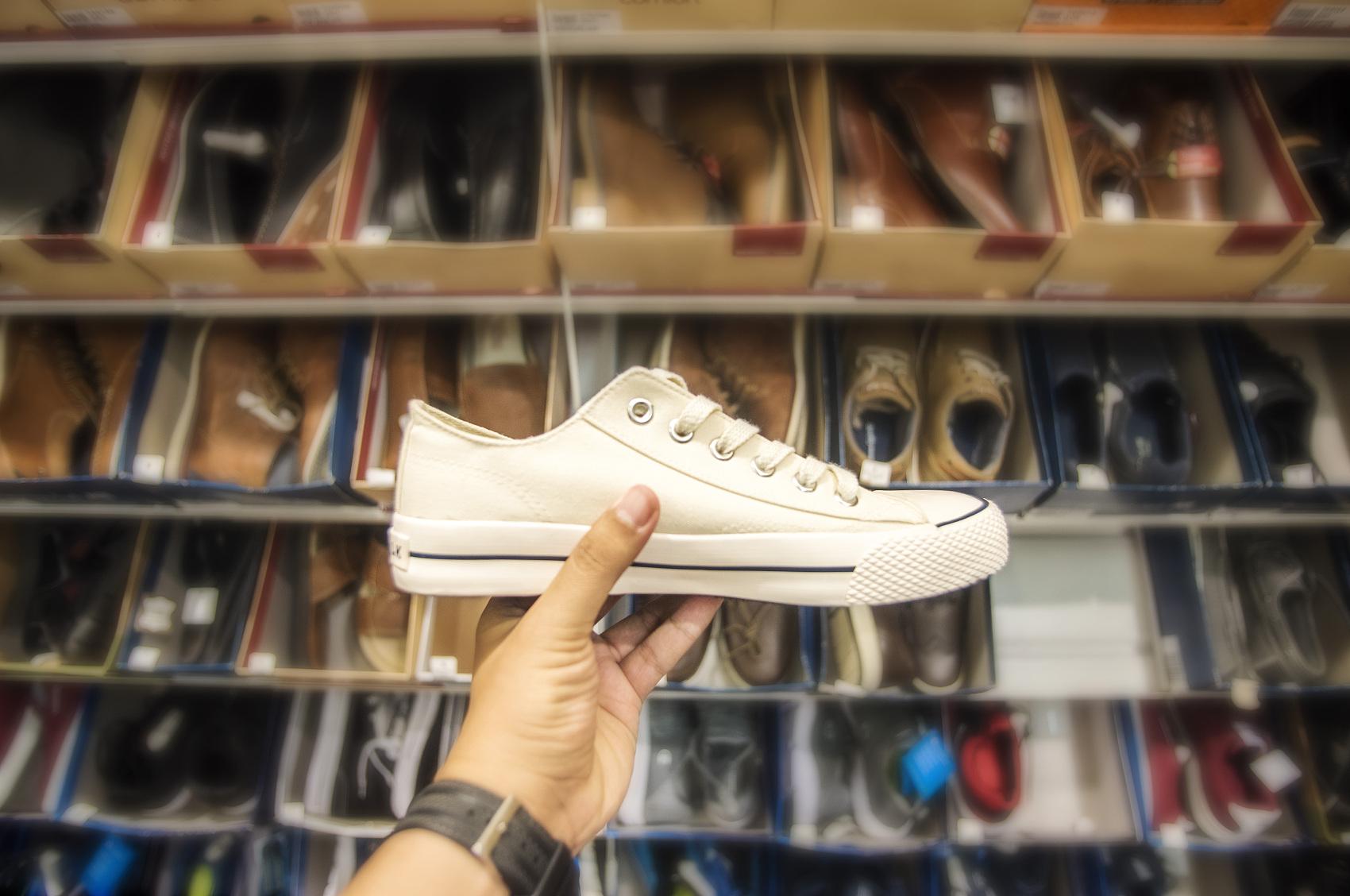 疯狂的炒鞋生意:大学生刷爆花呗信用卡,榨干父母血汗钱