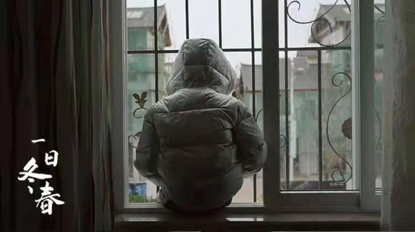 默默望着窗外的男孩