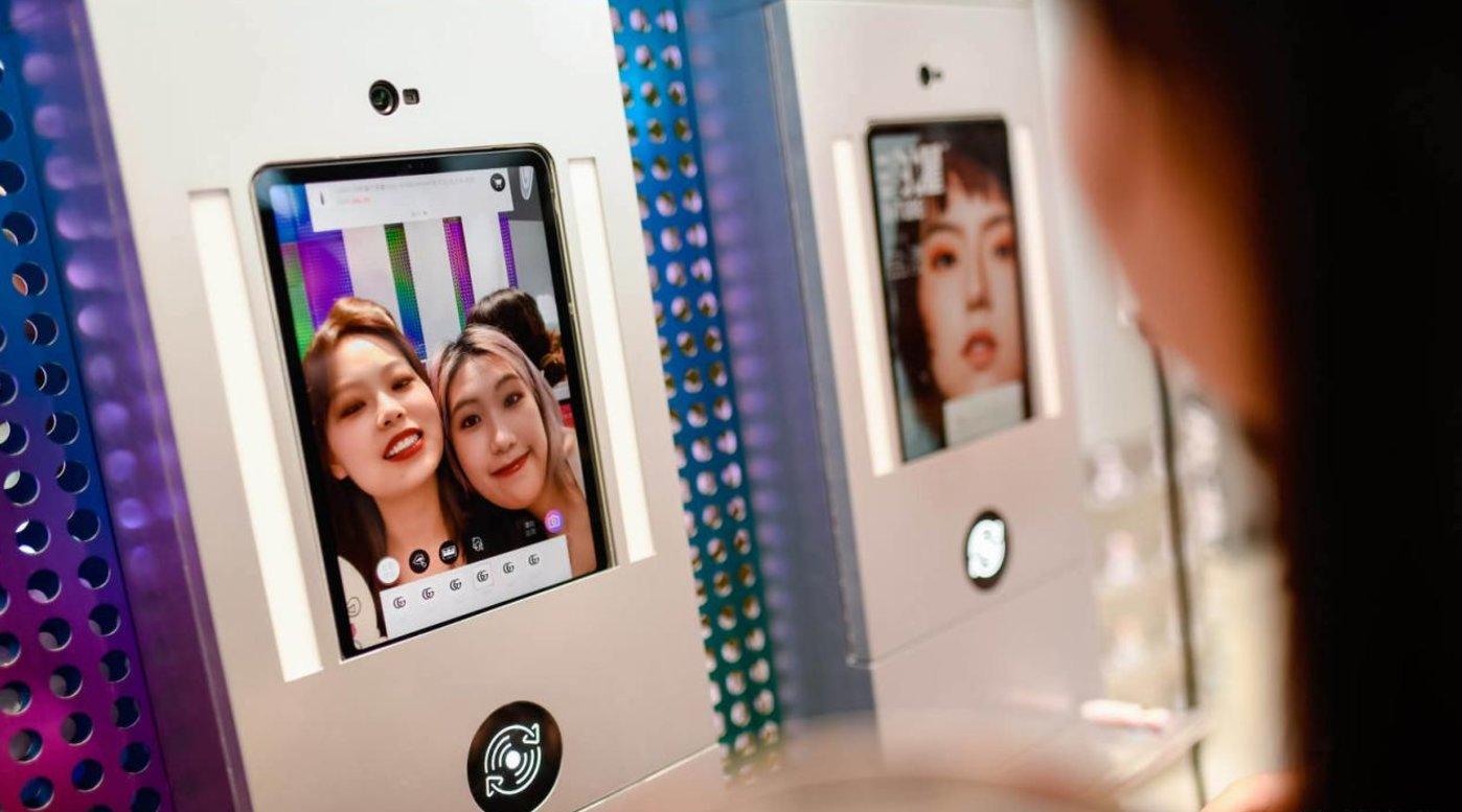 B+油罐集合店内消费者在体验美图魔镜AR虚拟试妆