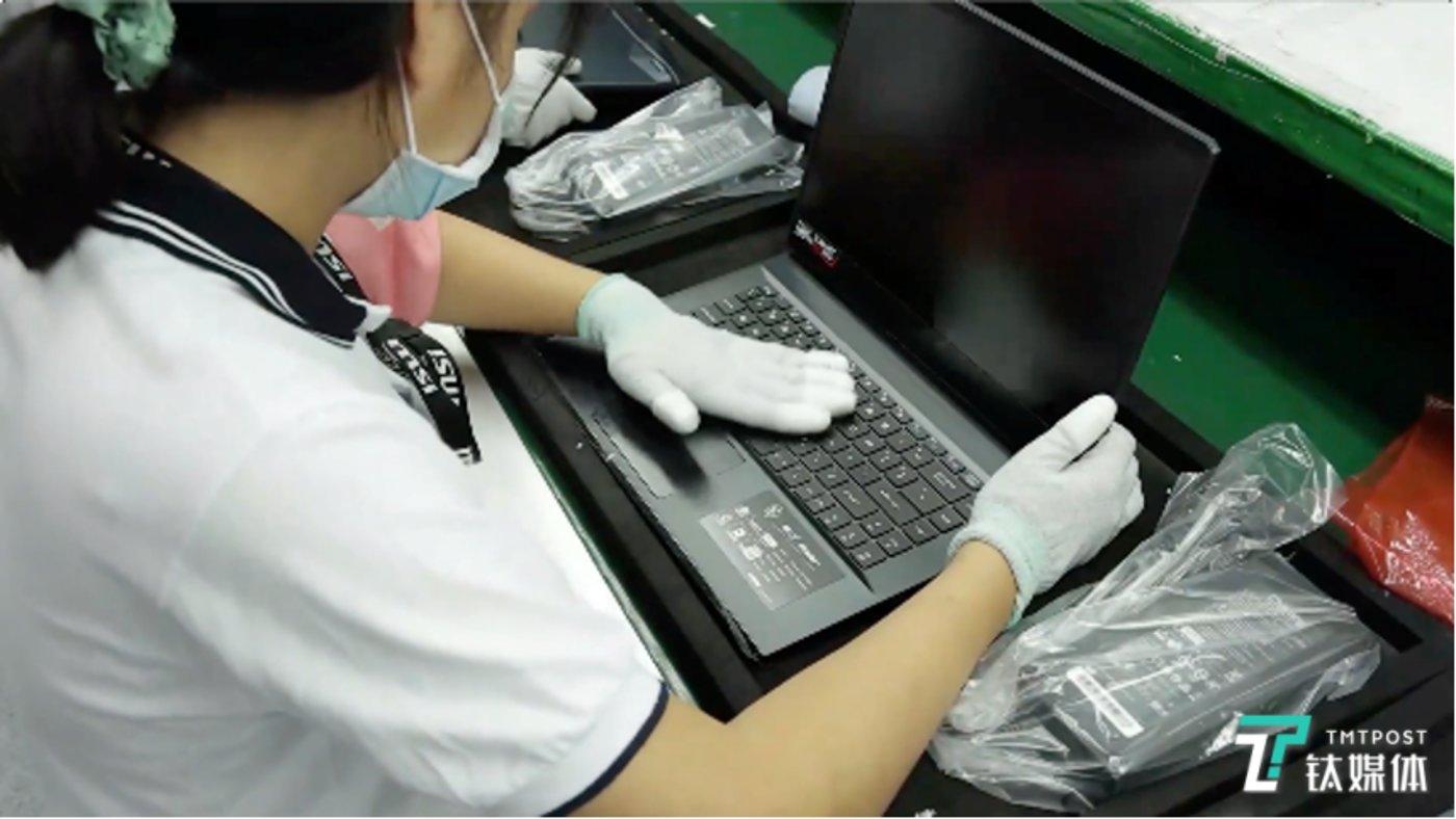 工人正在对出厂笔电进行检测