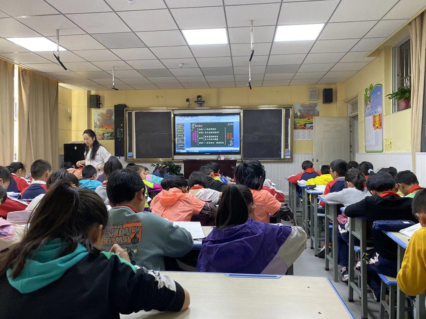 德昌第一完全小学教室里,老师正在用电子黑板上课