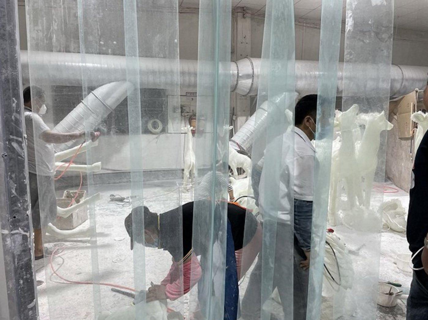 打磨区车间,工人们正在工作  拍摄:徐诗琪
