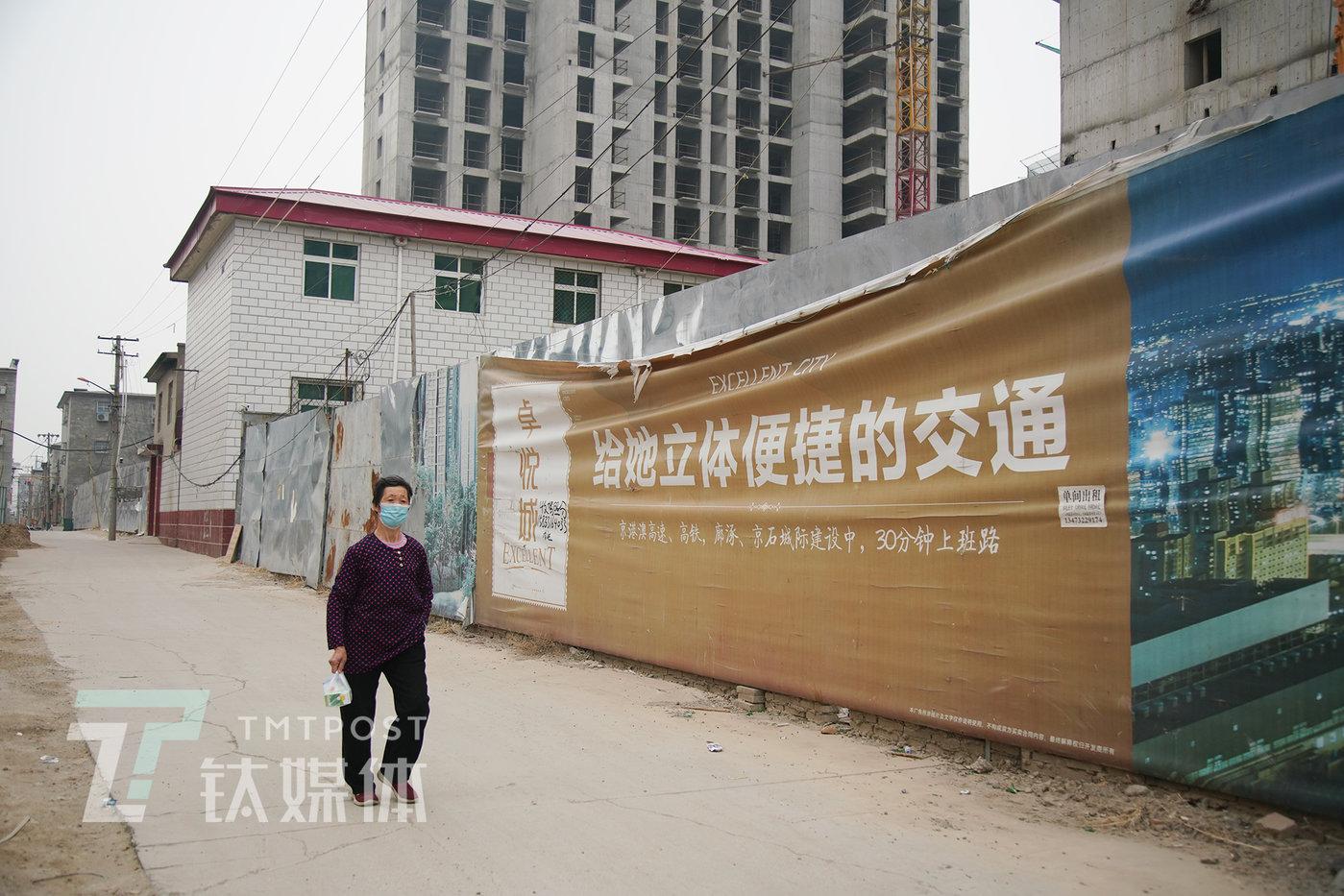 卓悦城工地外的广告围栏。