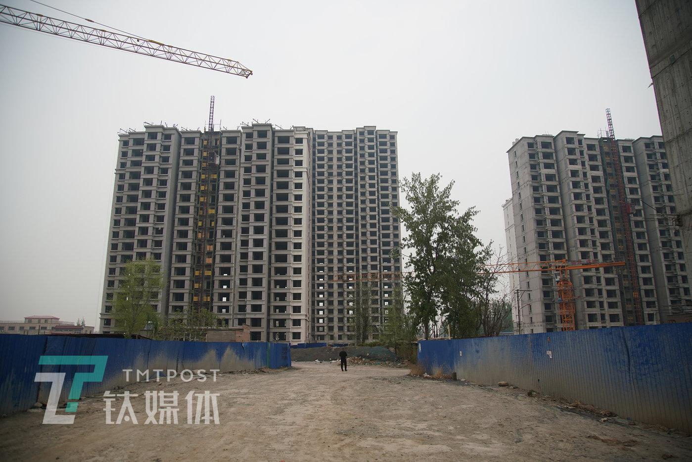 2021年4月12日,河北省保定涿州市华瑞卓悦城二期工地,一名业主前来察看施工进度,看到的是尚未复工的景象。