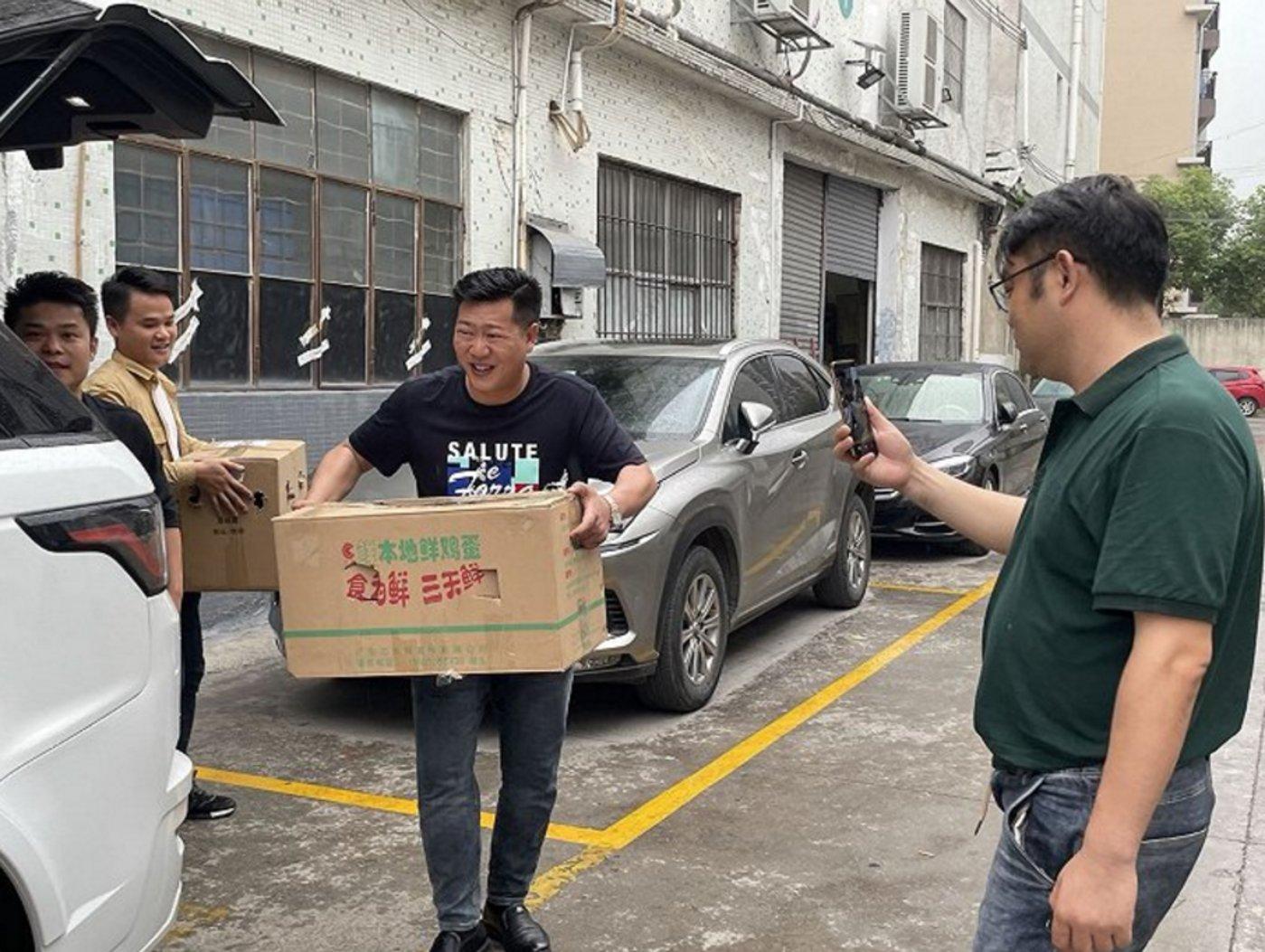 粉丝来访,张宏伟抱着他们送的土鸡。拍摄:徐诗琪