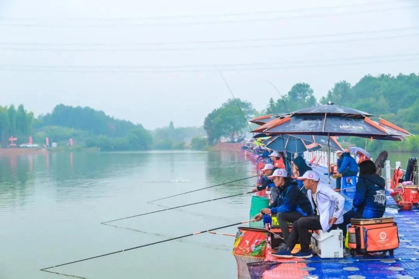 全国钓鱼人运动会,千人钓鱼场面颇为壮观