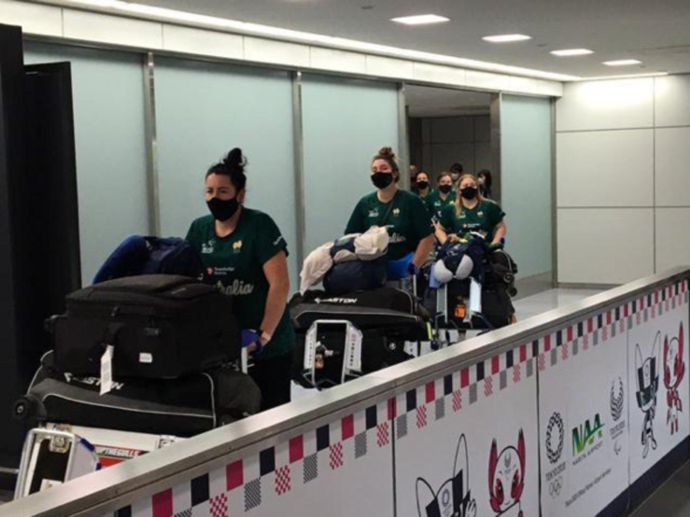 澳大利亚垒球队抵达日本