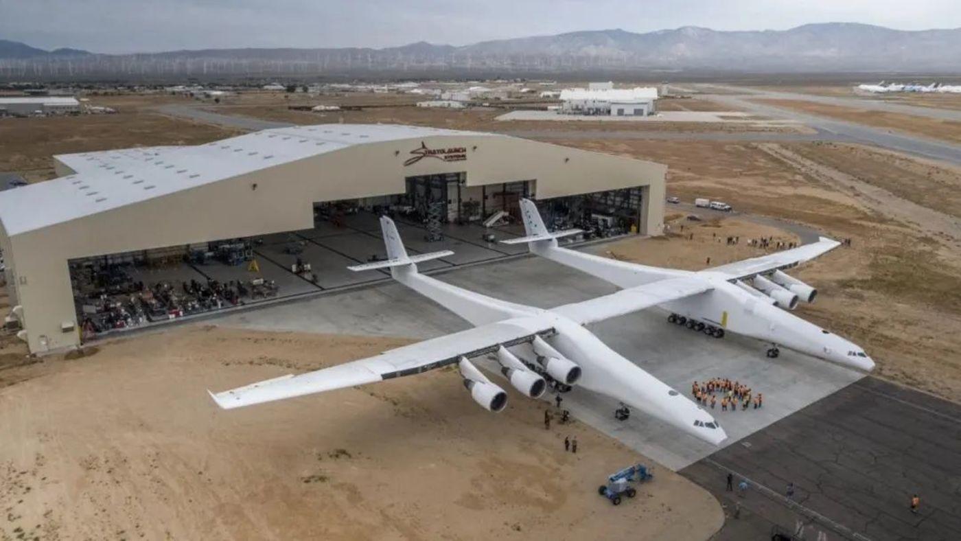*2017年5月31日,保罗•艾伦的巨型Stratolaunch飞机从其位于加利福尼亚州莫哈维的机库中推出 ,首度向世人展示其完整的巨型双体机身。