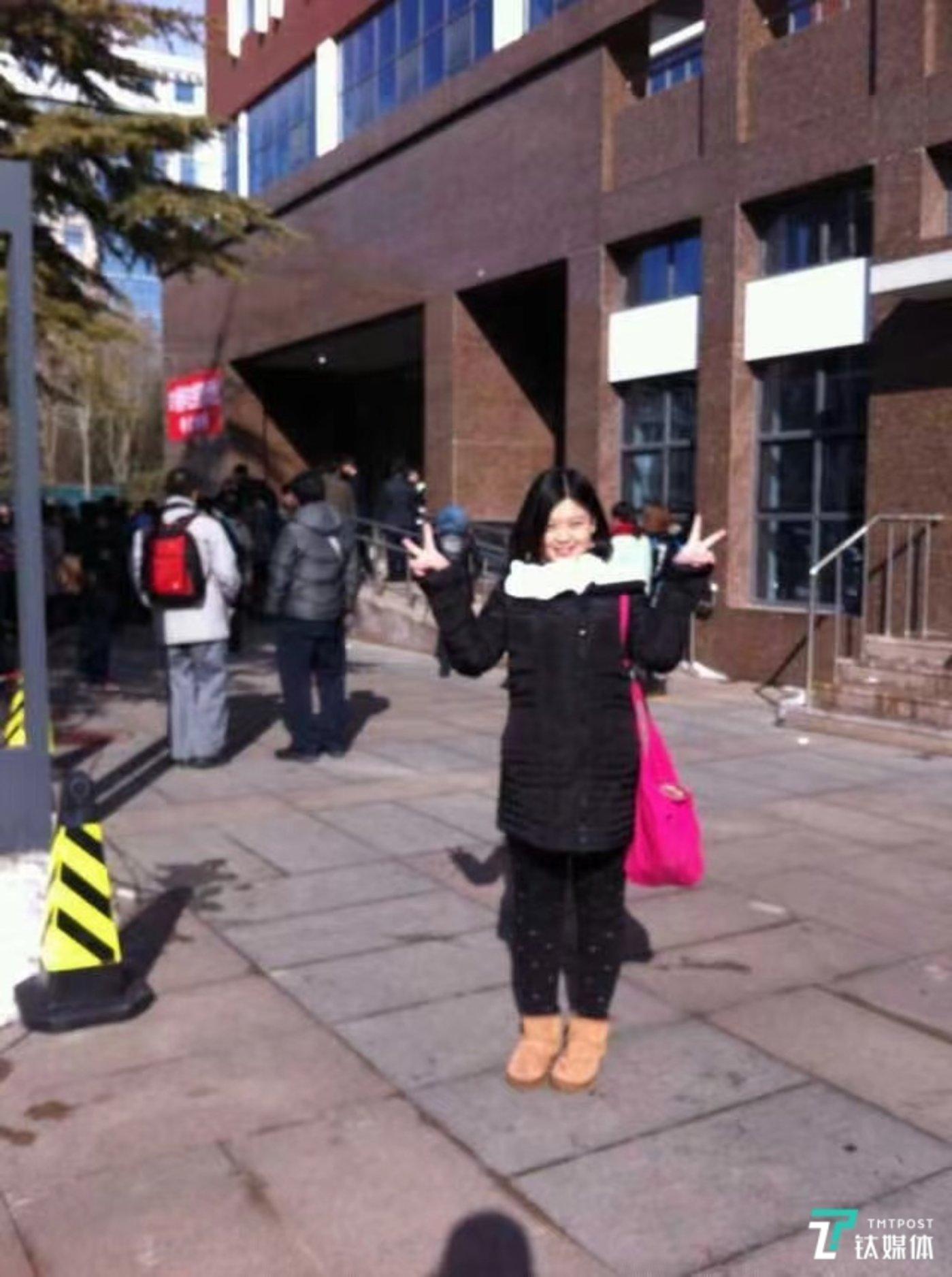2014年,17岁的华楠在艺考考场外。