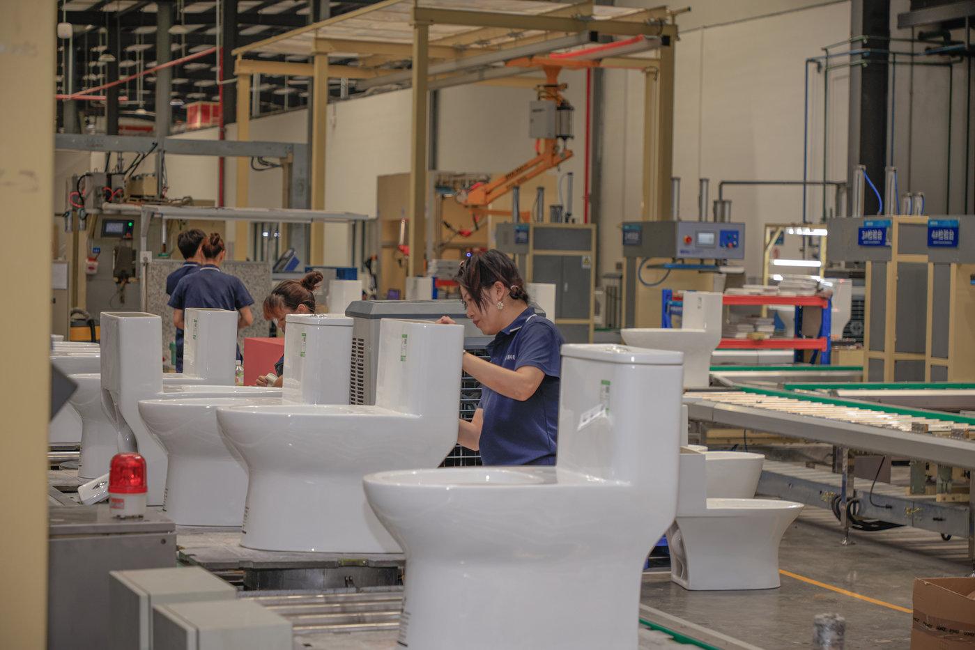 工人正在做包装前的工作