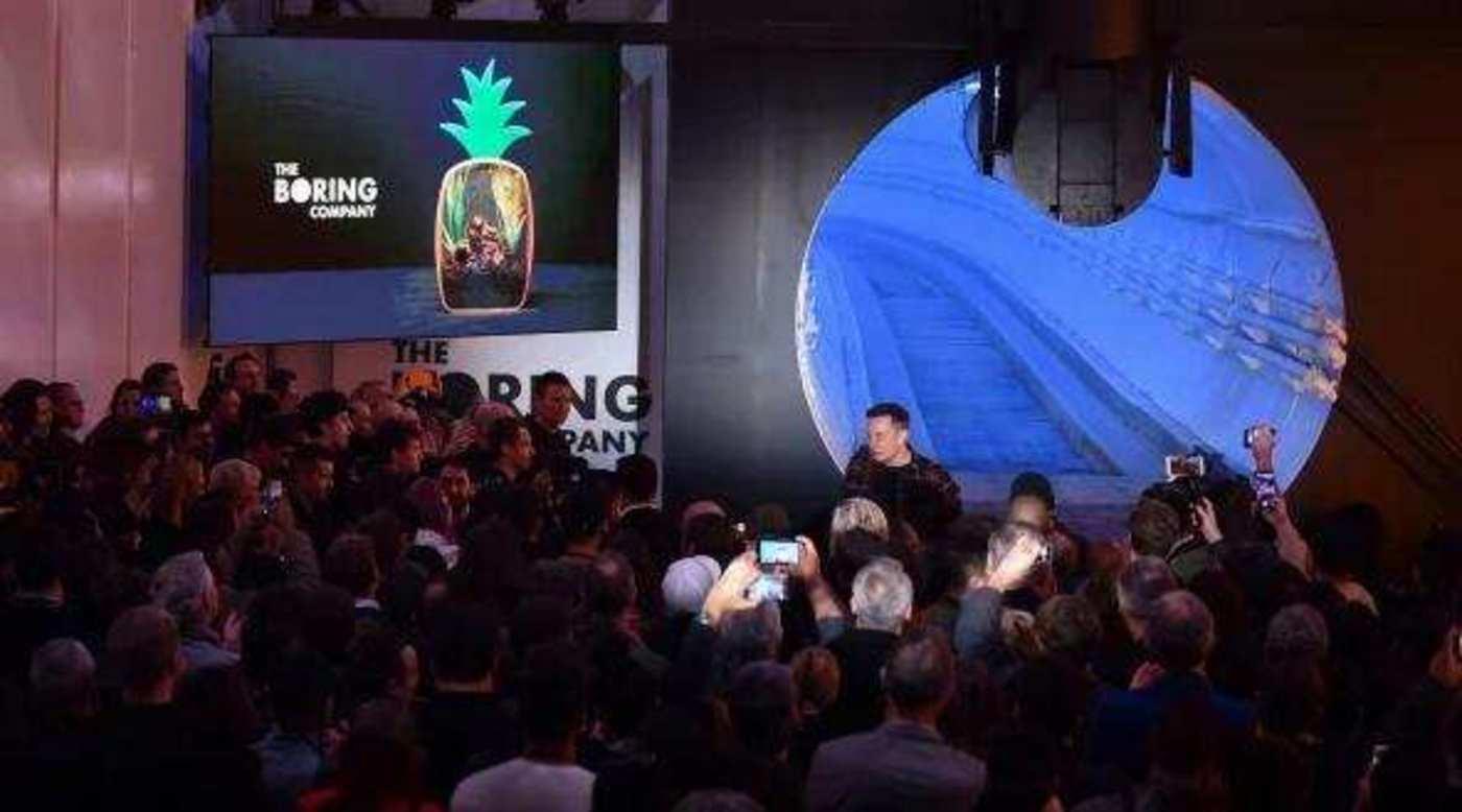 2018年12月18日,在洛杉矶南部霍桑,特斯拉联合创始人兼首席执行官马斯克在TBC霍桑测试隧道揭幕活动中走进人群
