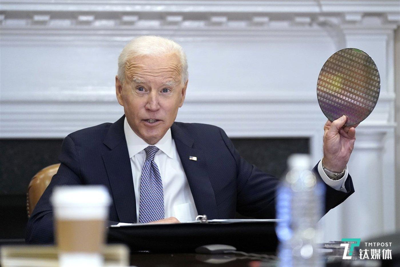 美国总统拜登手拿晶圆(来源:CNBC)