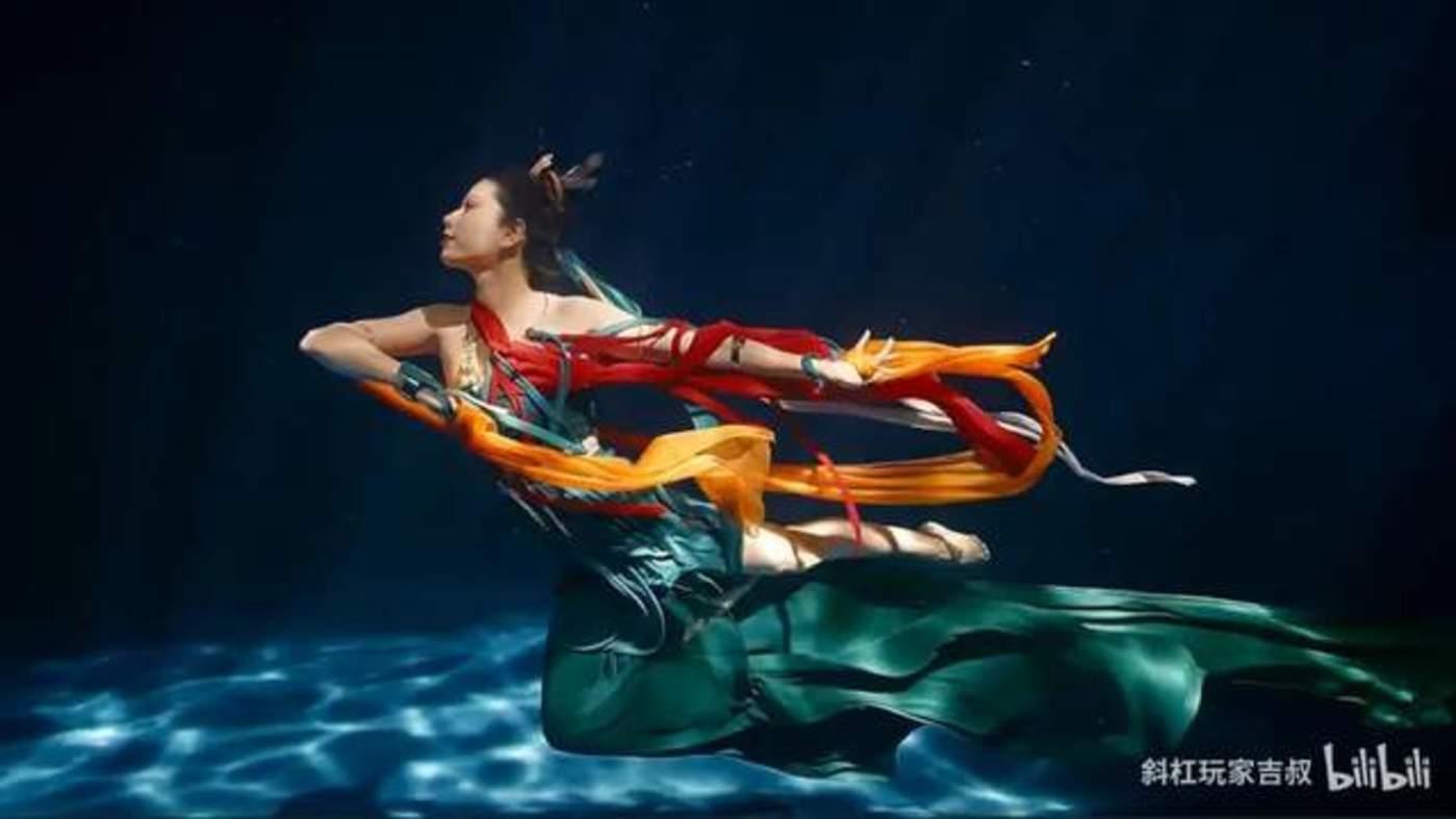"""请输入图说由郭吉勇拍摄的水下舞蹈《祈》展现《洛神赋》中的""""翩若惊鸿,婉若游龙"""""""