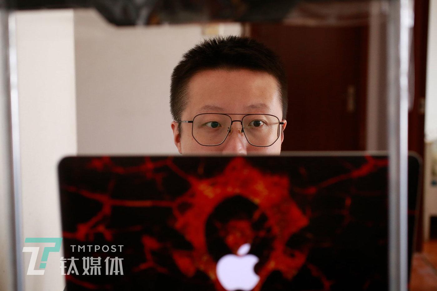6月8日,师烨东为视频选题修改文案。