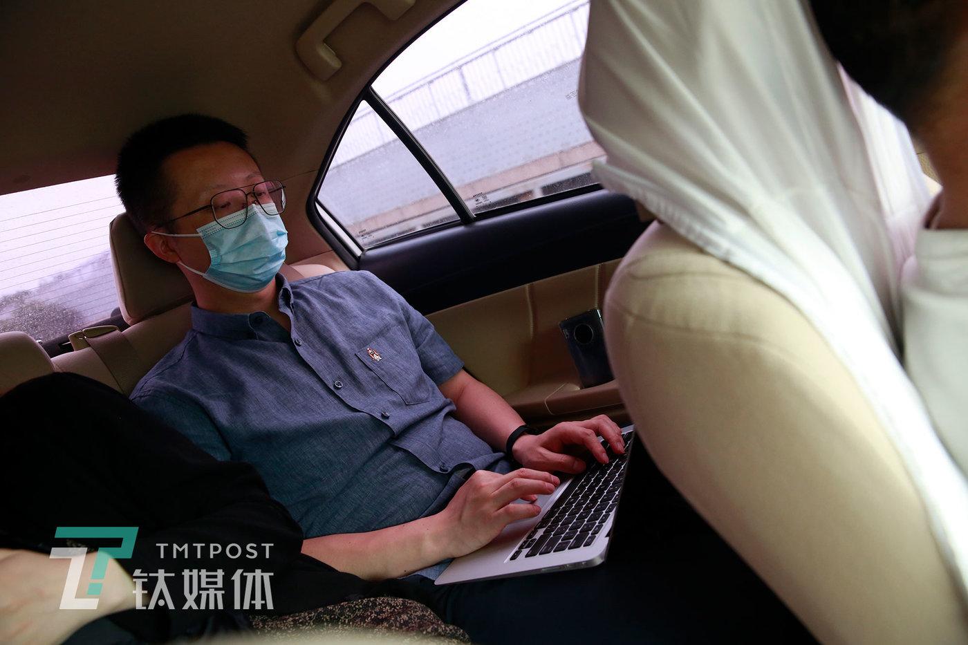 6月8日,师烨东和同事一起前往借用的摄影棚去录制视频,期间在车上继续改修视频文案。