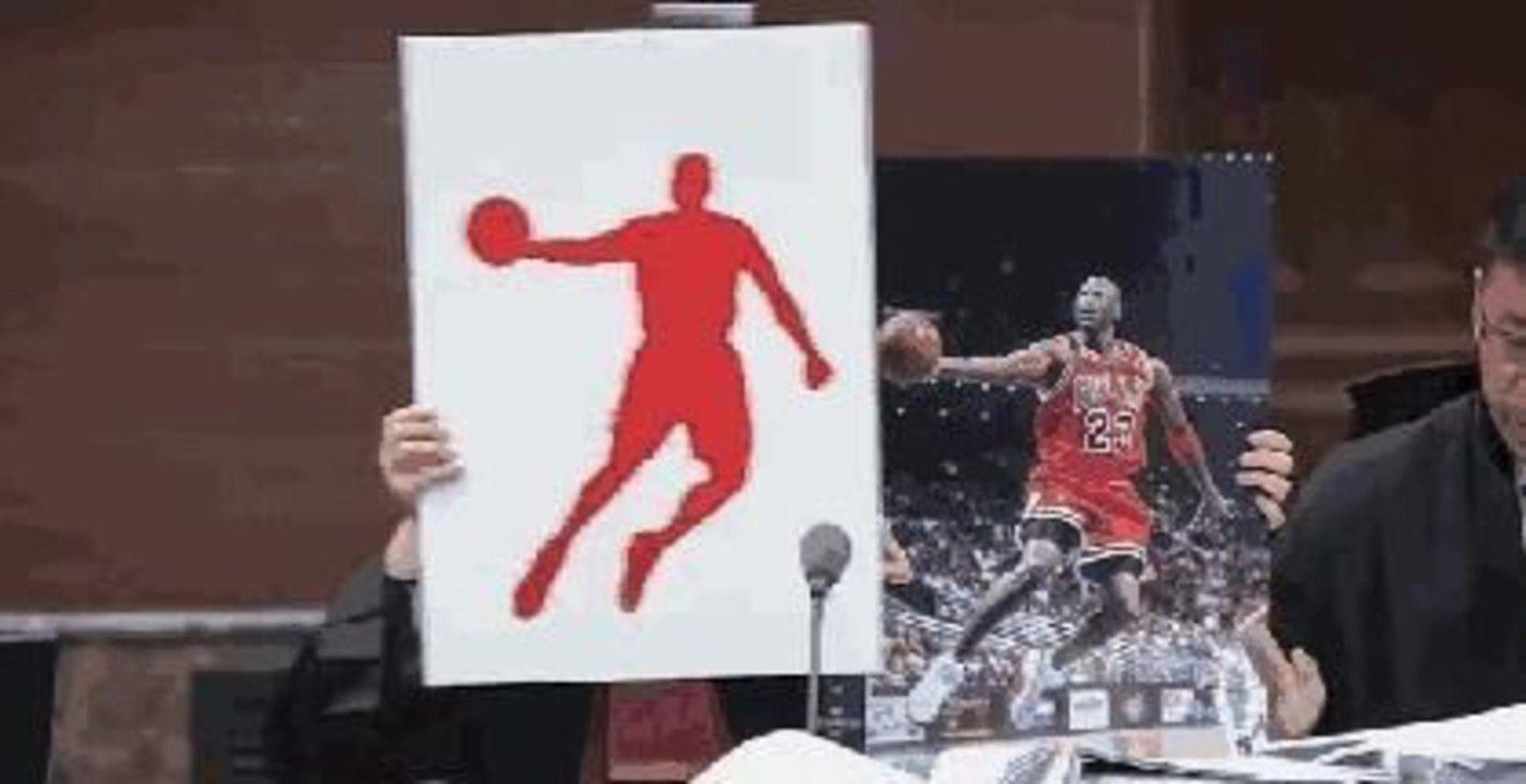 代理律师拿着迈克尔·乔丹的经典照片与乔丹体育 使用的图片商标作对比 蒙板脱落后二者轮廓完全重合