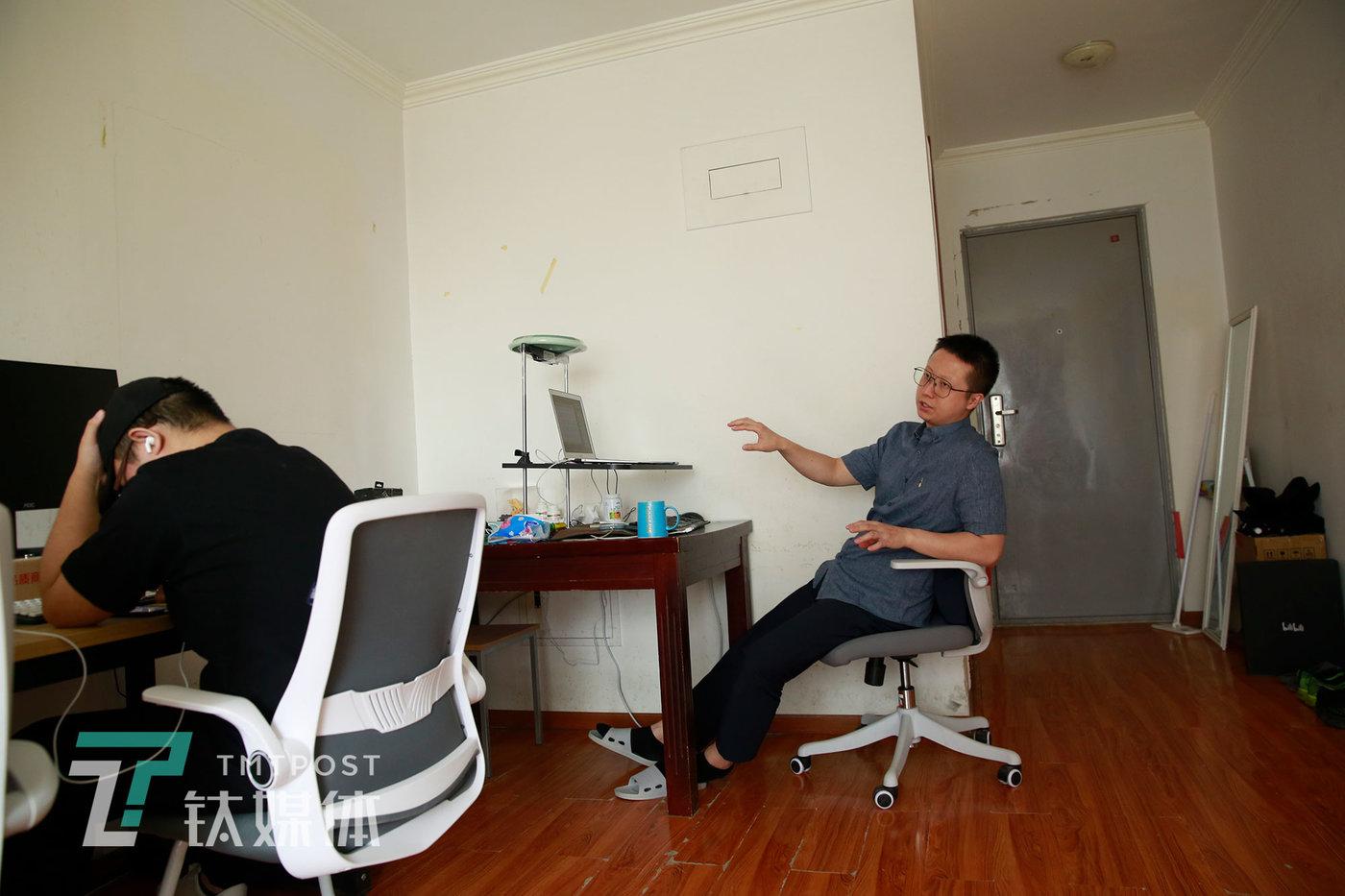 师烨东和团队成员讨论视频选题。