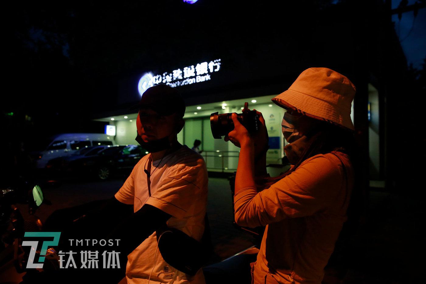 6月11日20:09,张弘一跟拍一名外卖骑手。