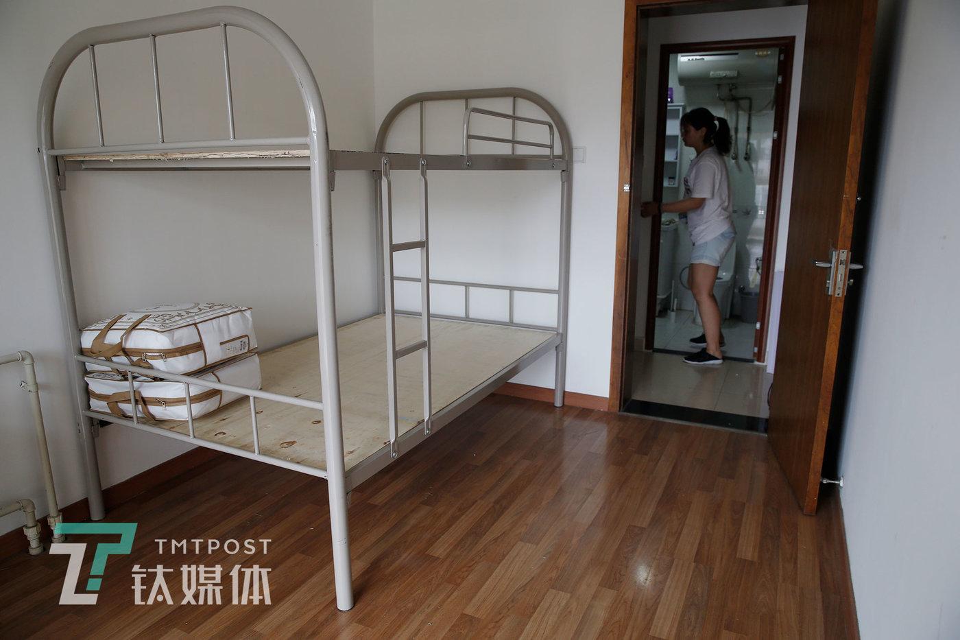 瞻云云的新工作室内,一房间里摆放着为员工准备的新床。