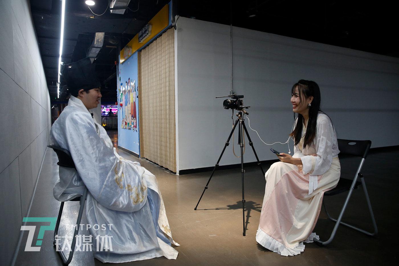 6月12日,北京,一场汉服活动结束后,张弘一在进行采访录制。