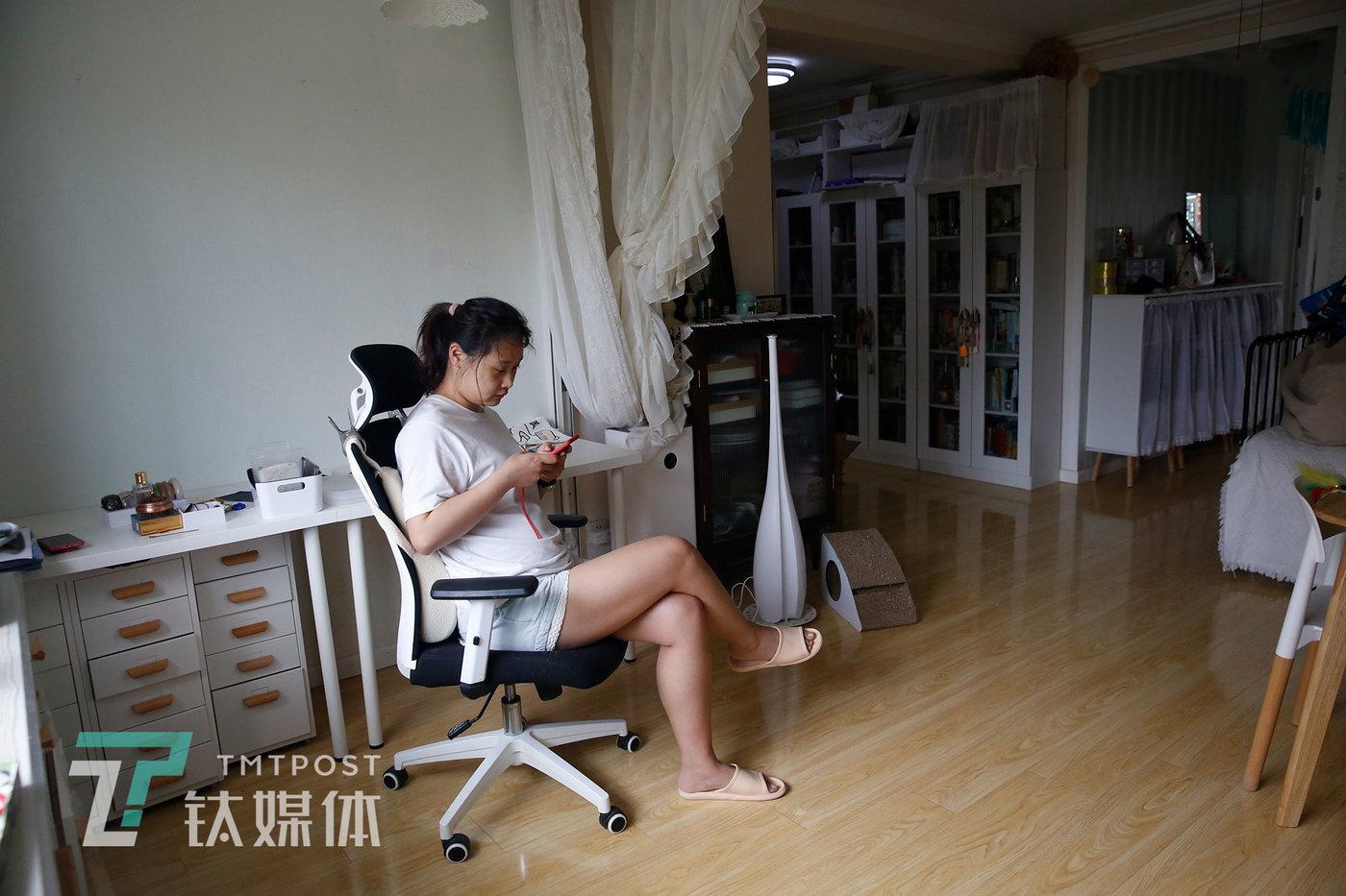 6月24日,瞻云云收拾完行李在家中休息,她将家中的拍摄设备全部移至新开的工作室里。