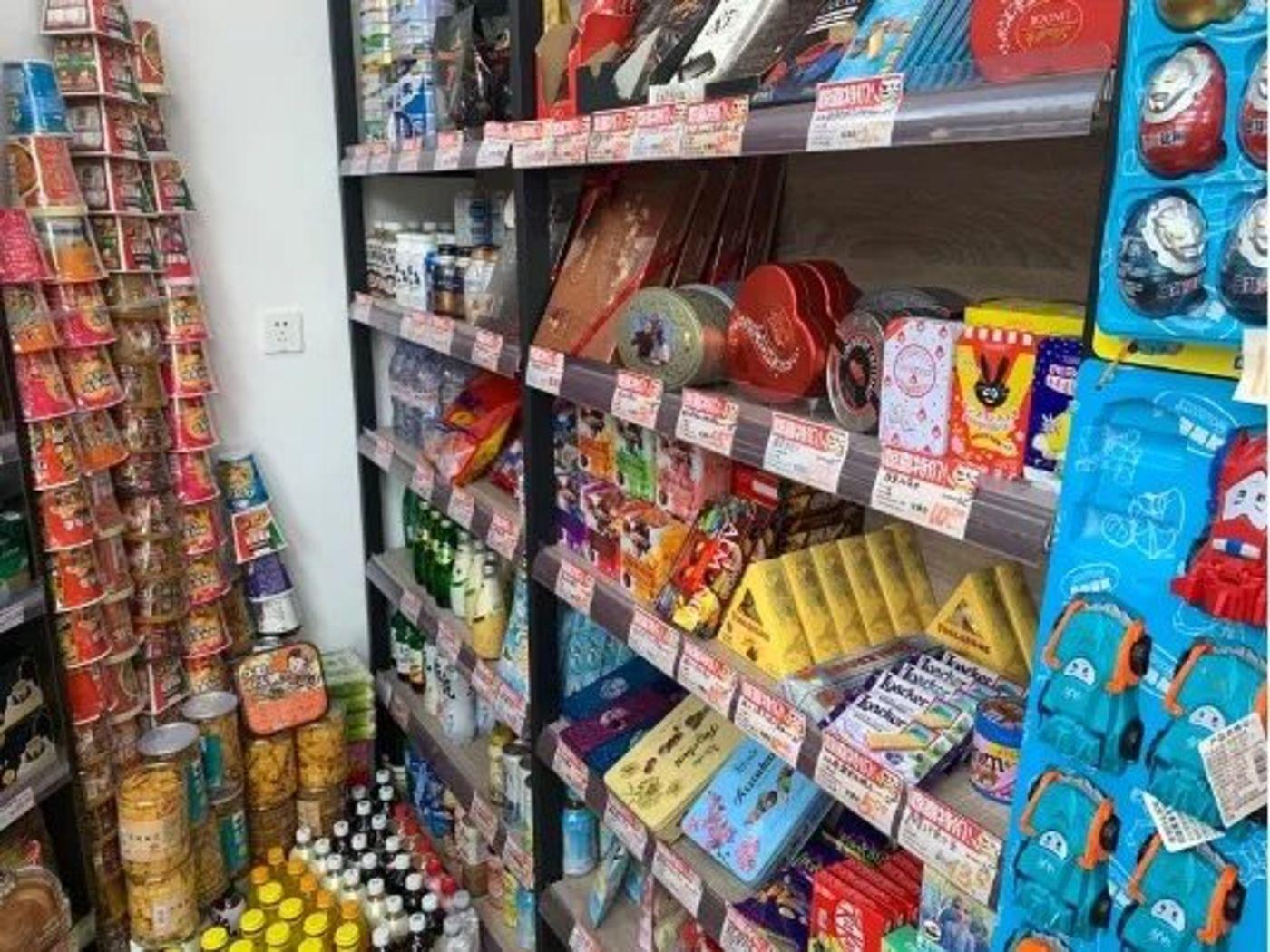 王斌店内的食品货架(图片由受访者提供)