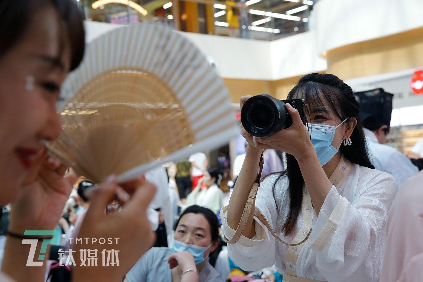 张弘一在汉服活动现场跟拍采访对象。