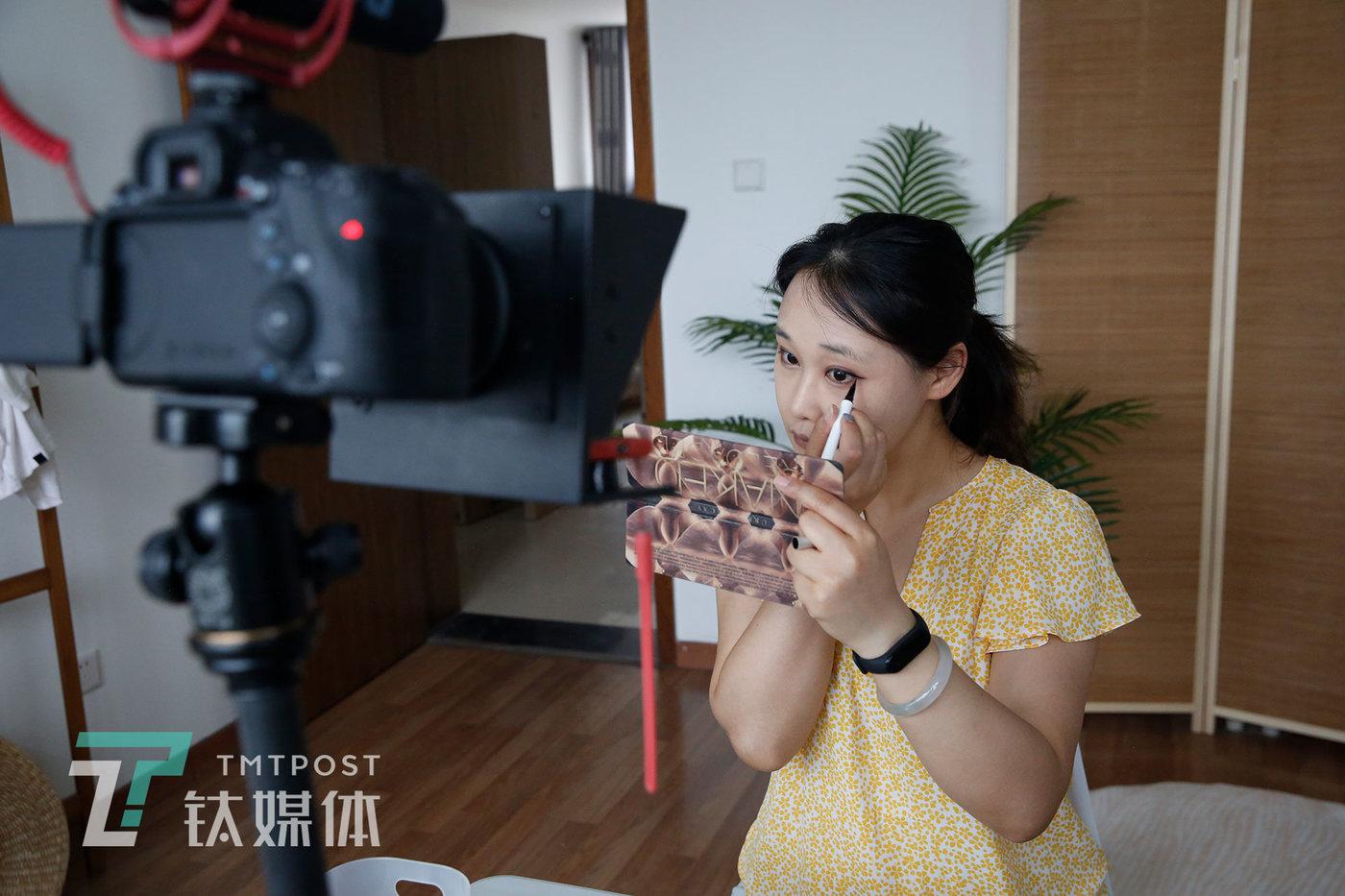 6月24日,北京市丰台区,瞻云云在工作室录制视频。