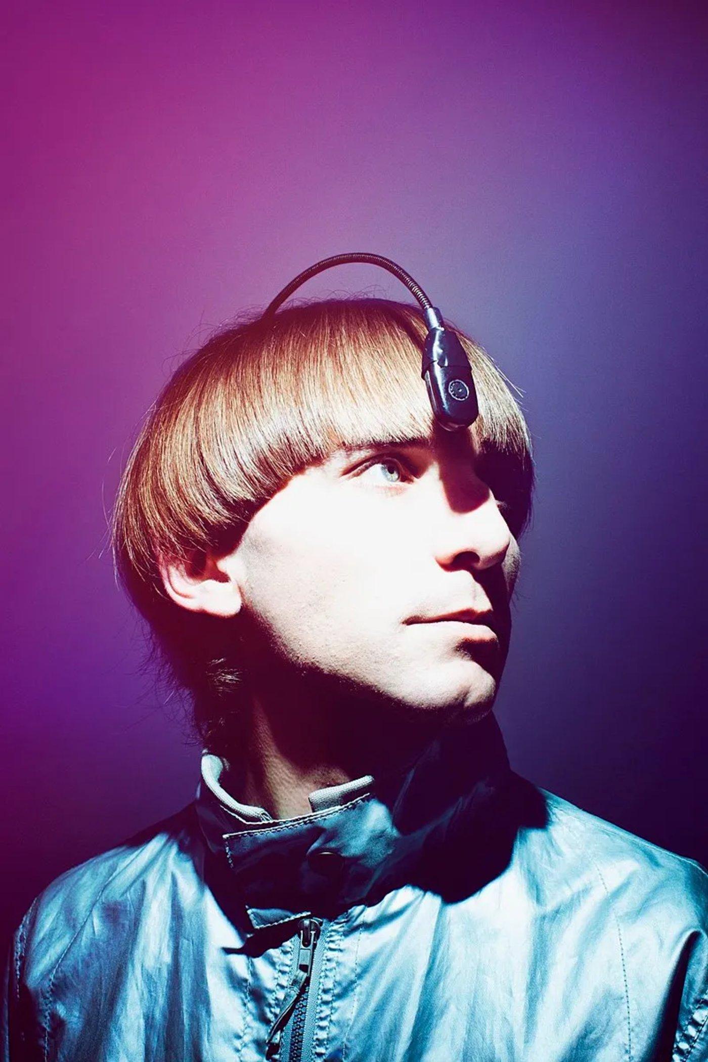 图   英国艺术家 Neil Harbisson,世界上第一个将天线植入头骨的人,也是第一个被政府依法承认为半机械人的跨物种人类(来源:维基百科)