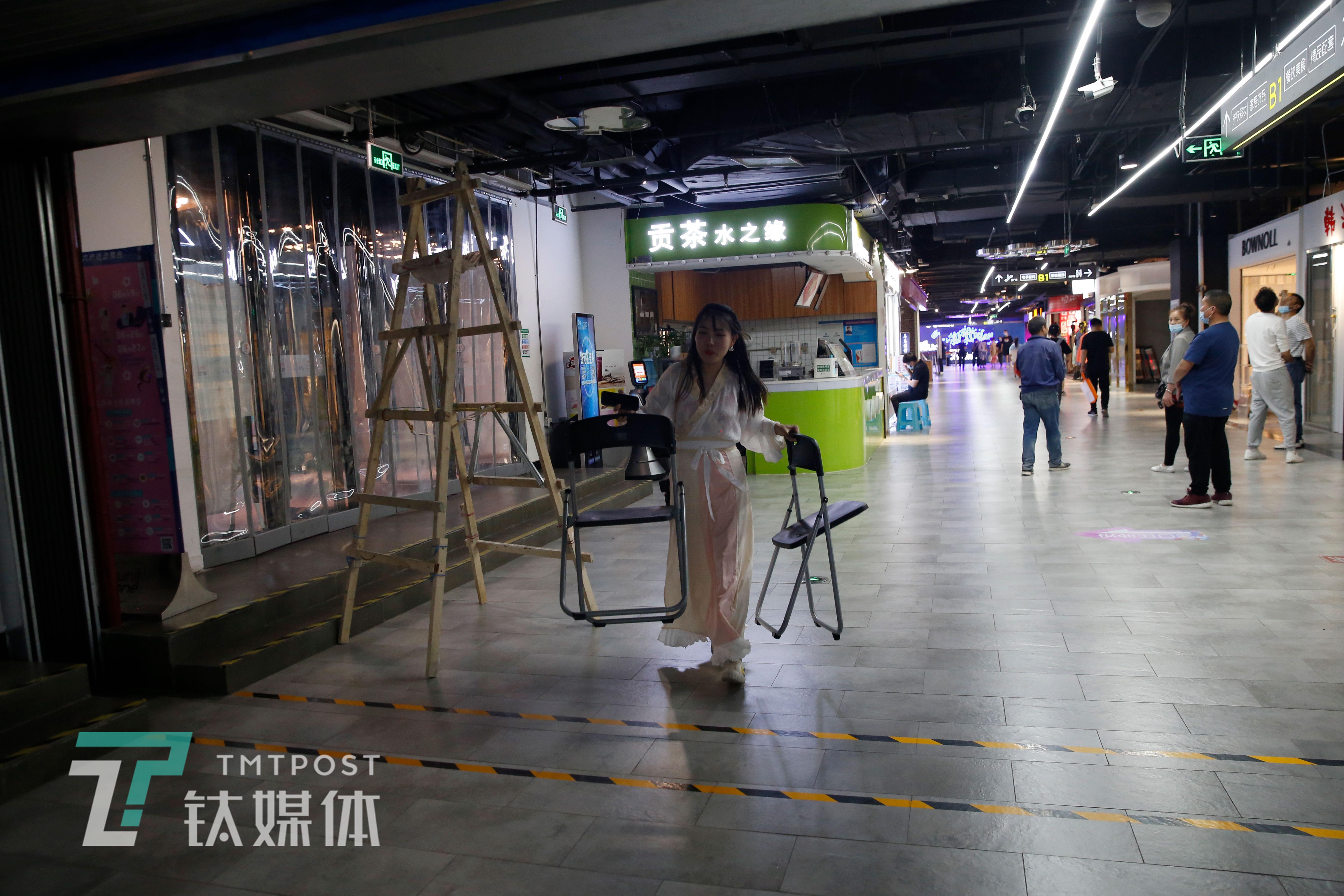 """6月12日,张弘一在商场找凳子,为人物专访做准备。由于她是""""孤军作战"""",工作中她需要兼顾很多事情:选场地、约时间、写提纲,甚至到采访过程中需要用的凳子,她都要亲自去安排。"""