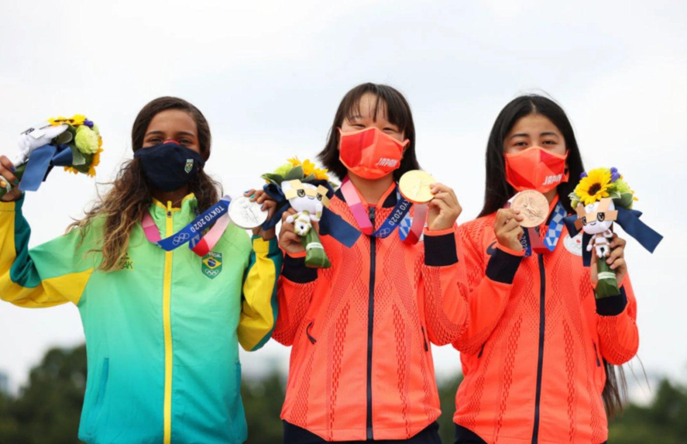 日本滑板队西矢椛和中山枫奈以及巴西小将莱萨·莱亚