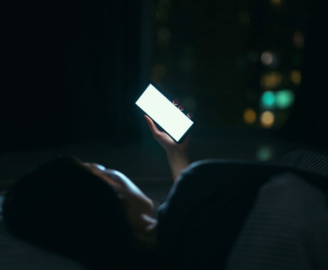 手机自由还是睡眠自由:社交媒体如何加剧我们的睡前拖延症?