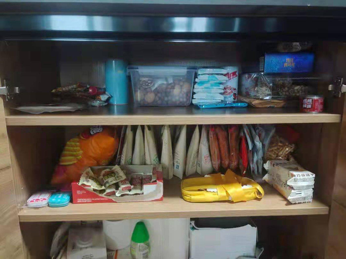 有人通过薅羊毛在宿舍开了一家小卖铺