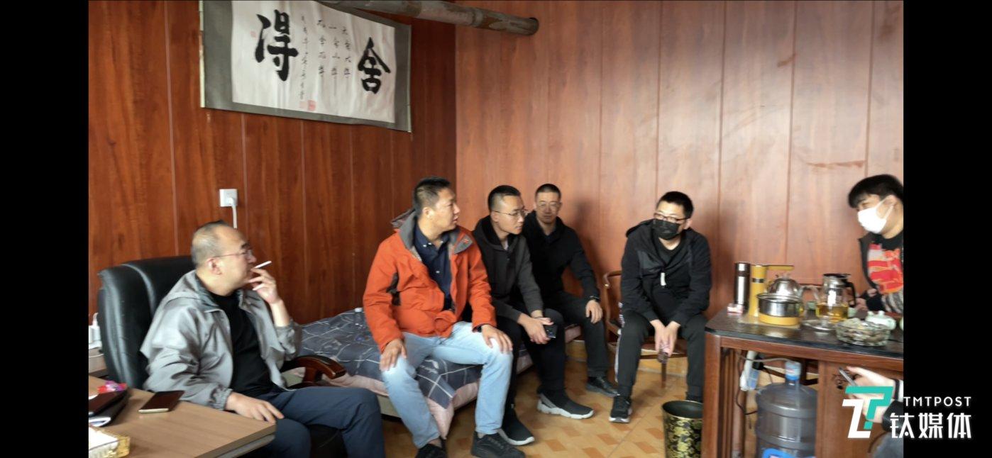 姬志福(左)在骐骥公司鄂尔多斯办公室