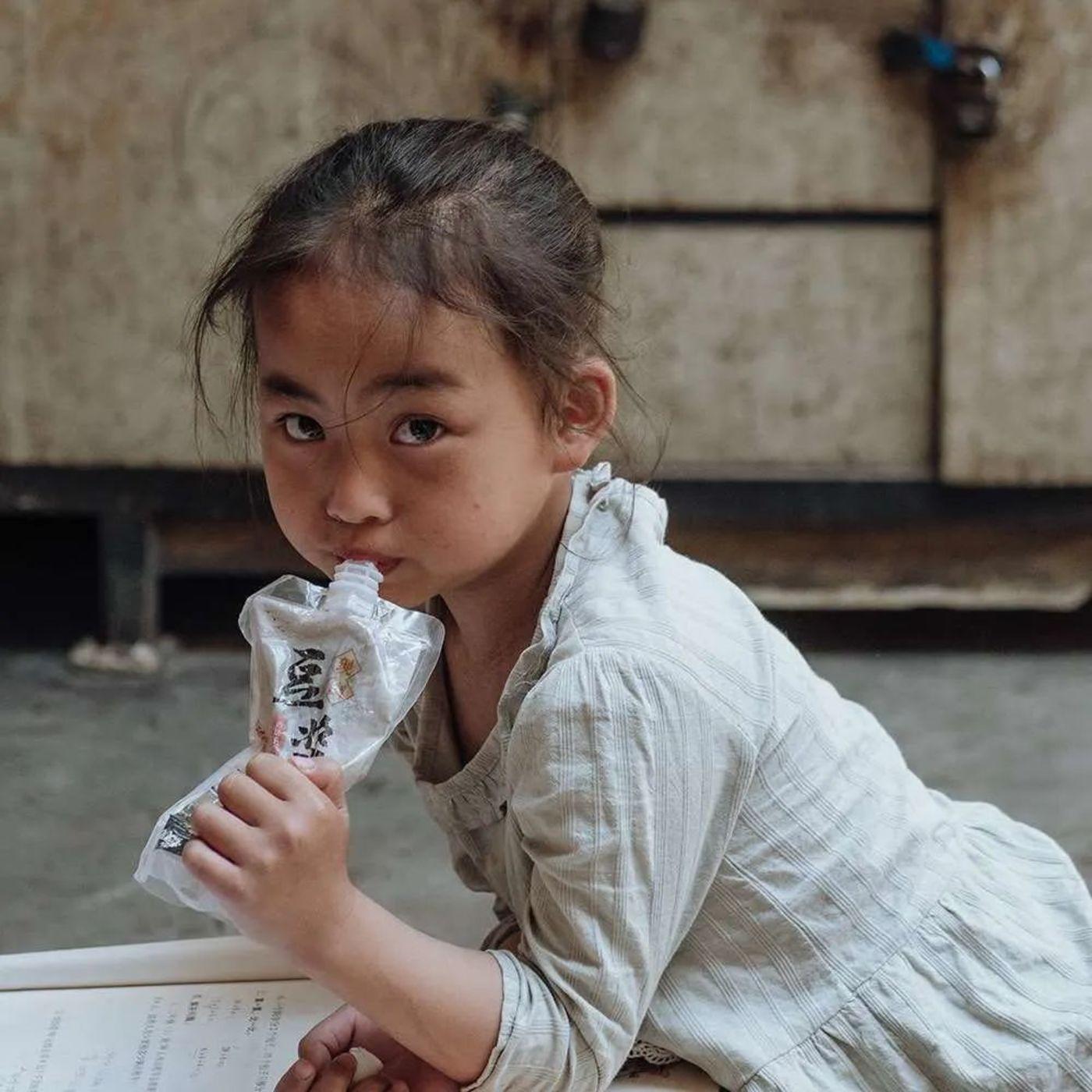 看书的个旧小姑娘,图片来源:沈少雄 摄