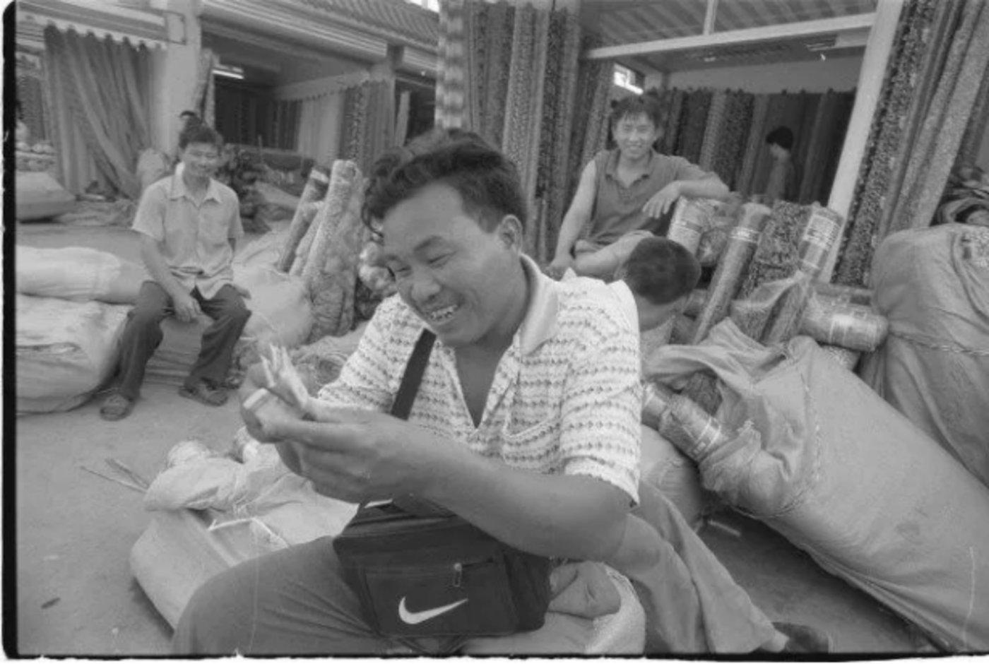 """1999年,北京""""浙江村""""里正在数钱的温州商人"""