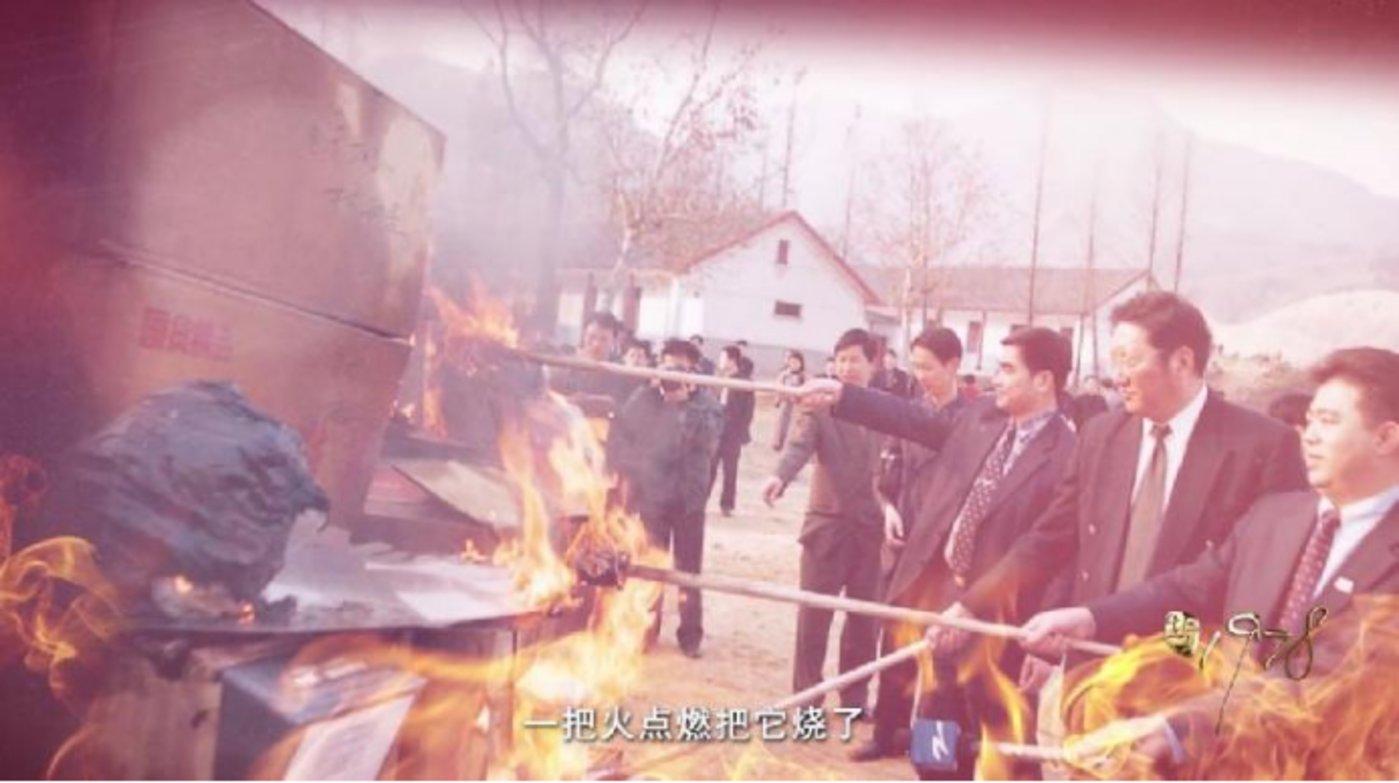 1999年2000双假冒奥康皮鞋在杭州武林门广场被付之一炬