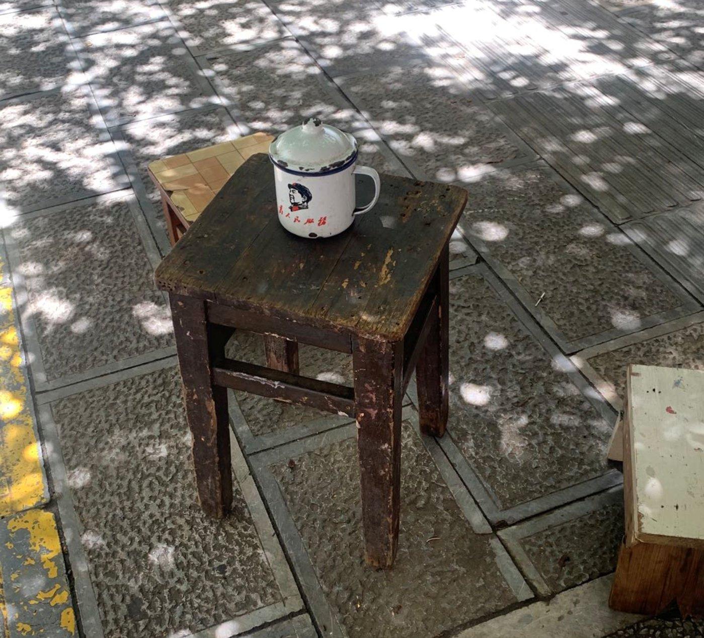 个旧大爷的湖边休闲,一个搪瓷缸,一壶茶,简单而温馨,图片来源:多菲 摄