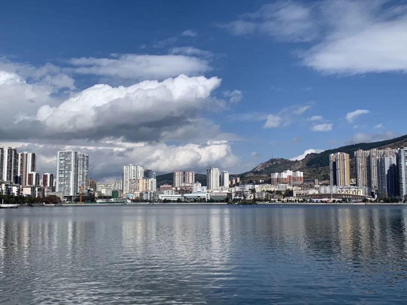 个旧的蓝天白云,真正的彩云之南,图片来源:多菲 摄