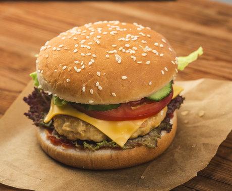 """抛弃麦当劳的年轻人,愿为""""酷""""汉堡付费"""