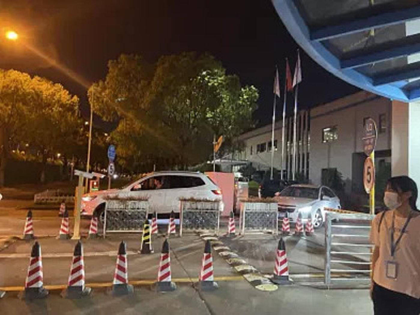 26日晚,伟创力新工厂门口,正在开车下班的打工人