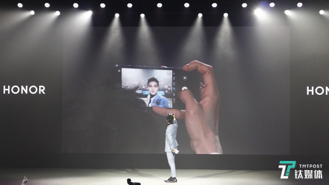 前置2400万AI自拍,朱右廷还现场展示了一把