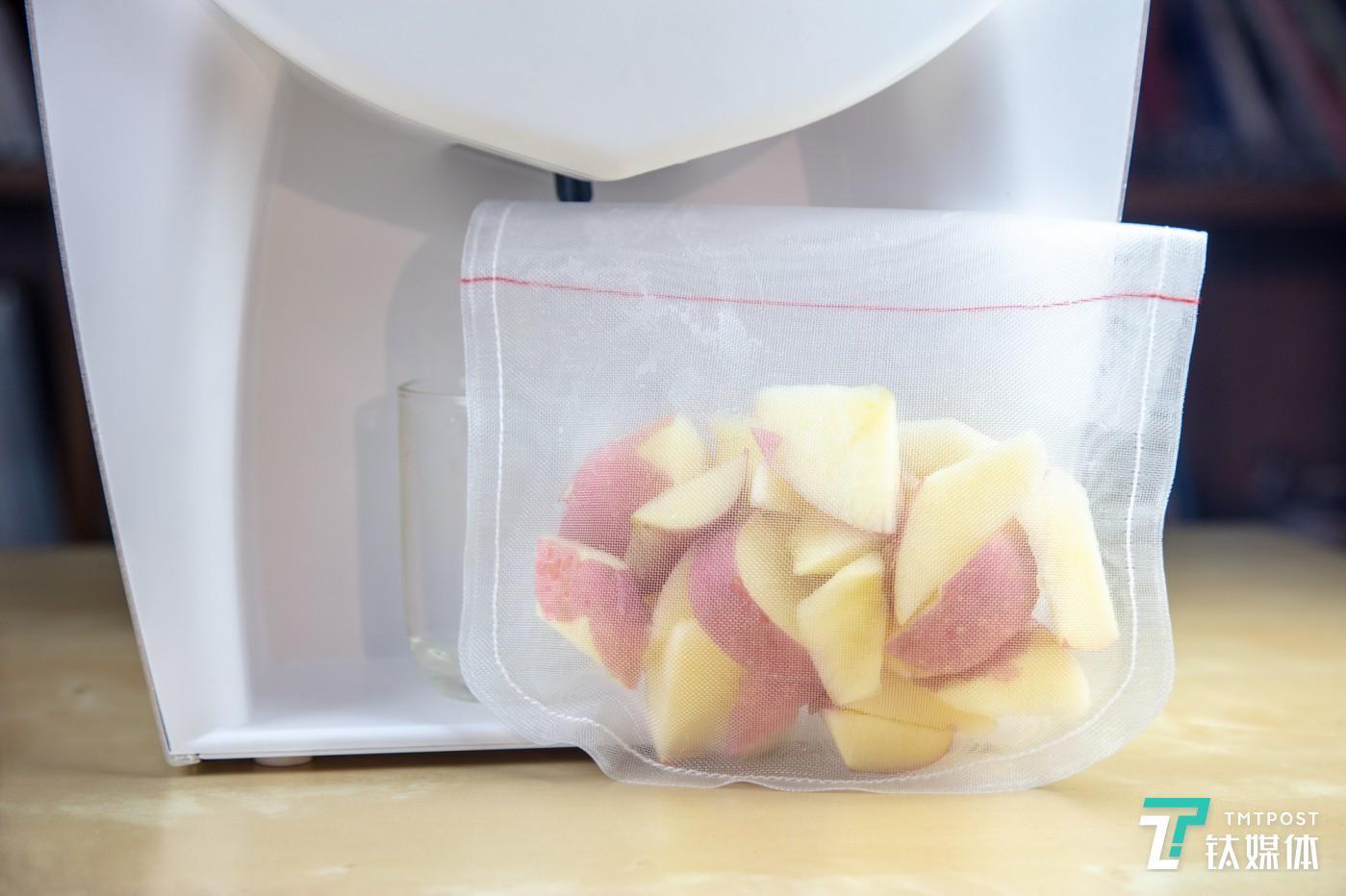 将水果切成小块放入内袋中