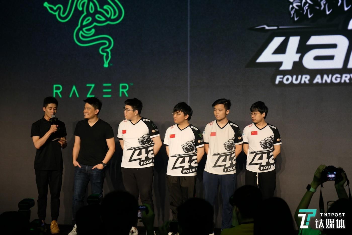 陈明亮(左二)与 4AM 战队