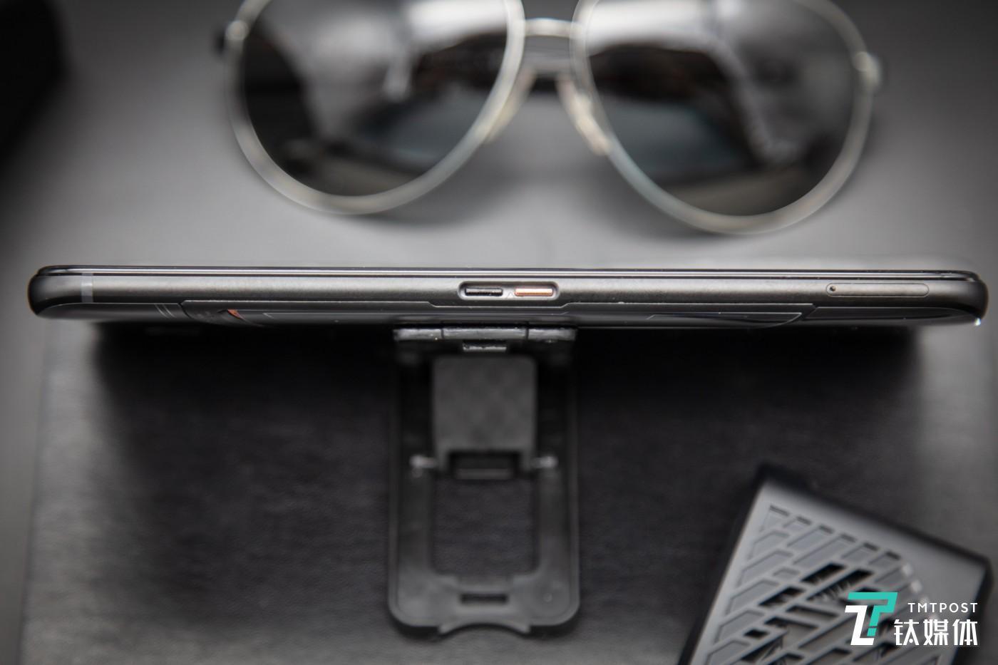 侧边定制接口&SIM卡槽
