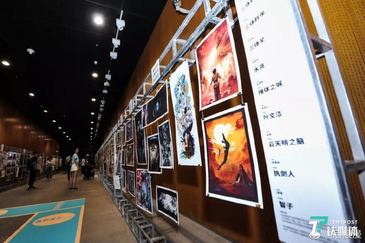 """""""另一颗星球""""科幻大会上由三体艺术插画组成的""""未来画廊"""""""